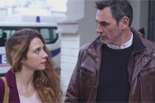 Patrick accepte d'aider Léa à tendre un piège au réceptionniste de l'écolodge!