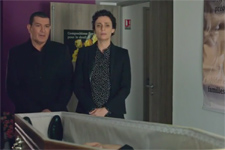 Karim soutient Elsa dans son deuil lors de l'enterrement de Renaud