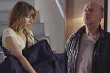 Intrigues Plus belle la vie: Léo cherche à savoir ce que Barbara cache dans son gros sac!