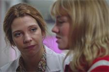Emilie explique à Léa qu'elle était obligée d'avorter!