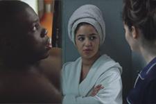 Sabrina et Mila retrouvent Mouss dans une situation embarrassante à la coloc