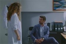 Léa tente de faire comprendre à Laurent que le Docteur Edouard se trompe de diagnostic sur son fils