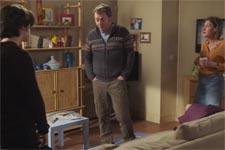 Tom refuse que Laetitia et Jérôme gèrent le harcèlement que lui fait subir Luis