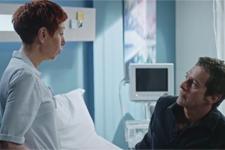 Babeth donne des recommandations à Andrès (Pavel) avant sa sortie de l'hôpital Marseille-Est